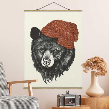 Stoffbild mit Posterleisten - Laura Graves - Illustration Bär mit roter Mütze Zeichnung - Hochformat 4:3