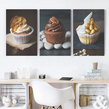 Leinwandbild 3-teilig - Saftige Cupcakes - Hoch 2:3