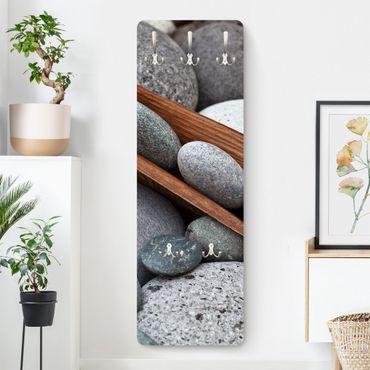 Garderobe - Stillleben mit grauen Steinen
