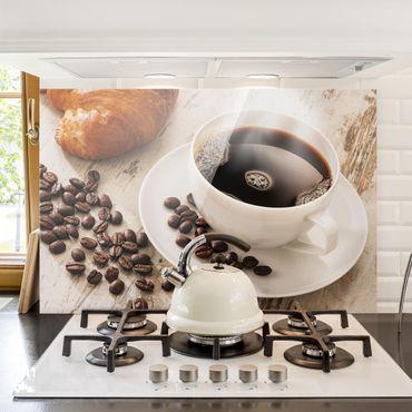 Spritzschutz Glas - Dampfende Kaffeetasse mit Kaffeebohnen - Querformat - 3:2