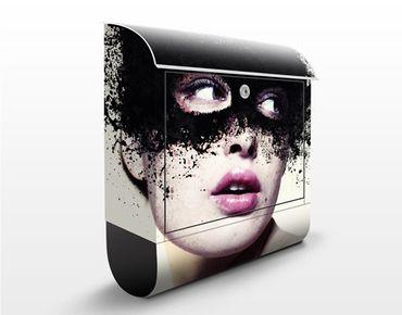 Wandbriefkasten - Das Mädchen mit der schwarzen Maske - Briefkasten