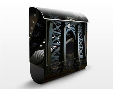 Briefkasten mit Zeitungsfach - Manhattan Bridge bei Nacht - New York