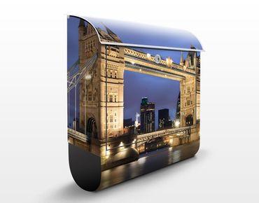 Briefkasten mit Zeitungsfach - Tower Brücke bei Nacht - London