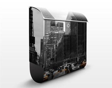 Briefkasten mit Zeitungsfach - Klassisches NYC - New York Schwarz Weiß