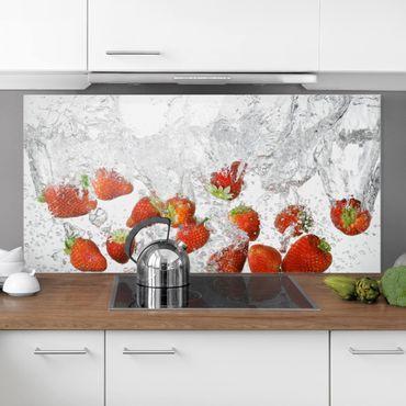 Spritzschutz Glas - Frische Erdbeeren im Wasser - Querformat - 2:1