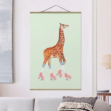 Stoffbild mit Posterleisten - Jonas Loose - Giraffe mit Rollschuhen - Hochformat 2:3