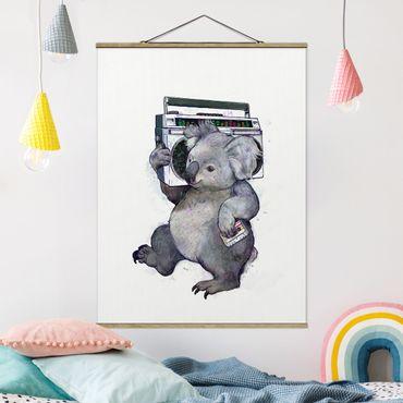 Stoffbild mit Posterleisten - Laura Graves - Illustration Koala mit Radio Malerei - Hochformat 4:3