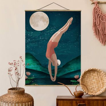 Stoffbild mit Posterleisten - Laura Graves - Illustration Badende Frau Mond Malerei - Hochformat 4:3
