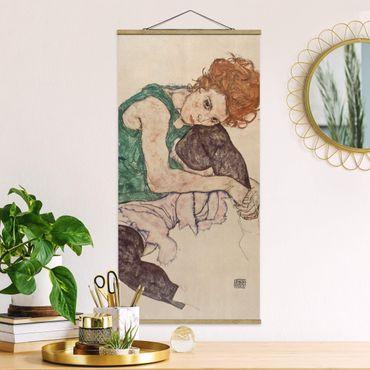 Stoffbild mit Posterleisten - Egon Schiele - Sitzende Frau mit hochgezogenem Knie - Hochformat 1:2