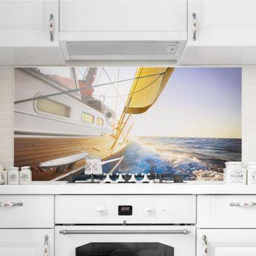 Spritzschutz Glas - Segelboot auf blauem Meer bei Sonnenschein - Querformat - 2:1