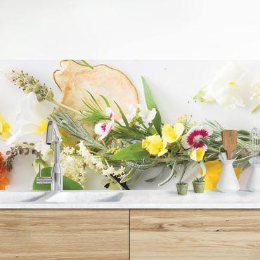 Küchenrückwand - Frische Kräuter mit Essblüten