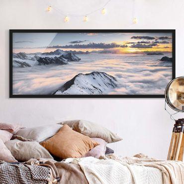 Bild mit Rahmen - Blick über Wolken und Berge - Panorama Querformat