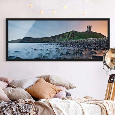 Bild mit Rahmen - Sonnenaufgang mit Nebel bei Dunstanburgh Castle - Panorama Querformat