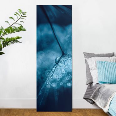 Leinwandbild - Blaue Pusteblume im Regen - Panorama Hochformat 3:1