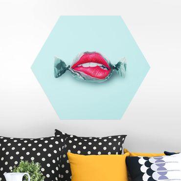 Hexagon Bild Alu-Dibond - Jonas Loose - Bonbon mit Lippen