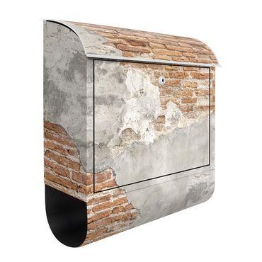 Briefkasten - Shabby Backstein Wand - Briefkasten mit Zeitungsrolle