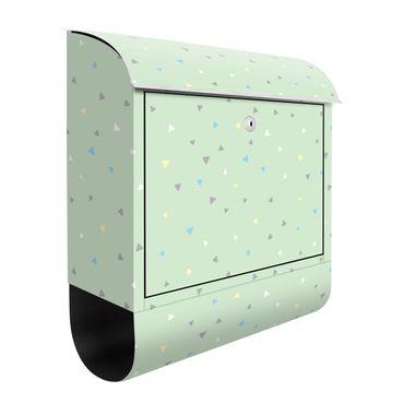 Briefkasten - Bunte gezeichnete Pastelldreiecke auf Grün