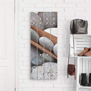 Wandgarderobe Holz - Stillleben mit grauen Steinen - Haken chrom Hochformat