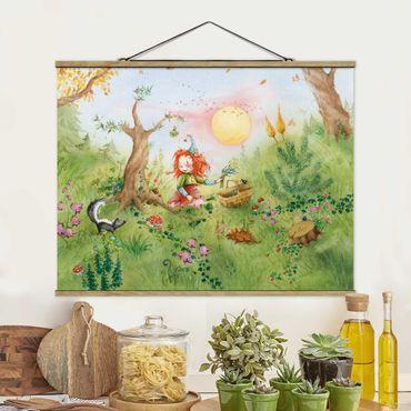 Stoffbild mit Posterleisten - Frida sammelt Kräuter - Querformat 4:3