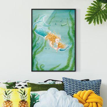 Bild mit Rahmen - Matilda die kleine Meerjungfrau - Die Königin küsst Matilda - Hochformat 3:4