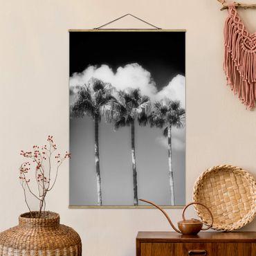 Stoffbild mit Posterleisten - Palmen vor Himmel Schwarz-Weiß - Hochformat 3:2