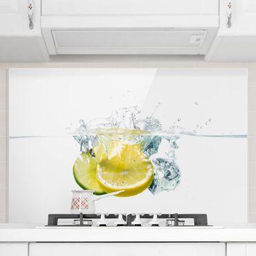 Spritzschutz Glas - Zitrone und Limette im Wasser - Querformat - 3:2