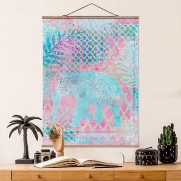 Stoffbild mit Posterleisten - Bunte Collage - Elefant in Blau und Rosa - Hochformat 4:3
