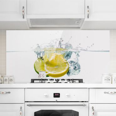 Spritzschutz Glas - Zitrone und Limette im Wasser - Querformat - 2:1