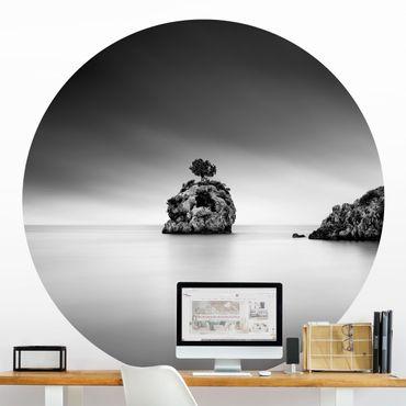 Runde Tapete selbstklebend - Felseninsel im Meer Schwarz-Weiß