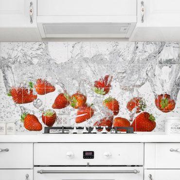 Fliesenbild - Frische Erdbeeren im Wasser