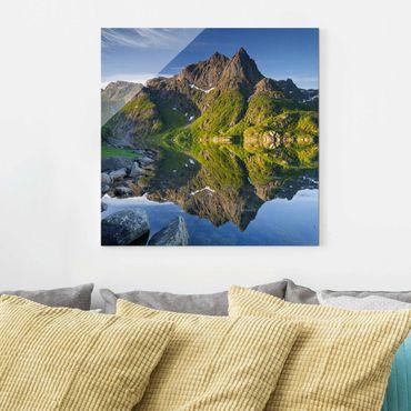 Glasbild - Berglandschaft mit Wasserspiegelung in Norwegen - Quadrat 1:1