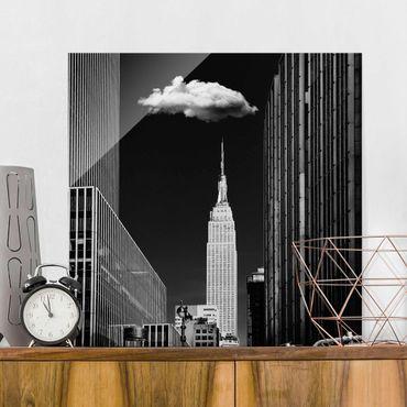 Glasbild - New York mit einzelner Wolke - Quadrat 1:1