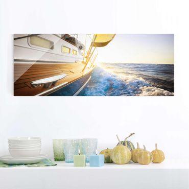 Glasbild - Segelboot auf blauem Meer bei Sonnenschein - Panorama Quer