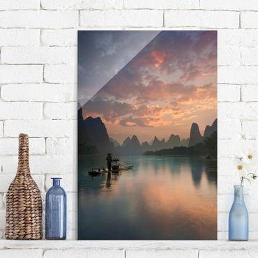 Glasbild - Sonnenaufgang über chinesischem Fluss - Hochformat 3:2