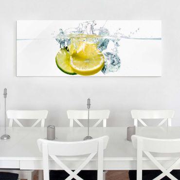 Glasbild - Zitrone und Limette im Wasser - Panorama Quer