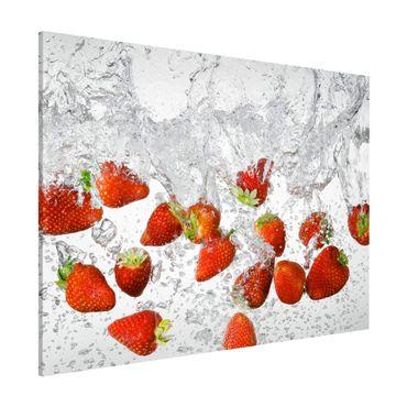 Magnettafel - Frische Erdbeeren im Wasser - Memoboard Querformat