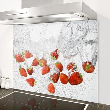 Spritzschutz Glas - Frische Erdbeeren im Wasser - Quer 2:1