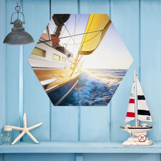 Hexagon Bild Alu-Dibond - Segelboot auf blauem Meer bei Sonnenschein