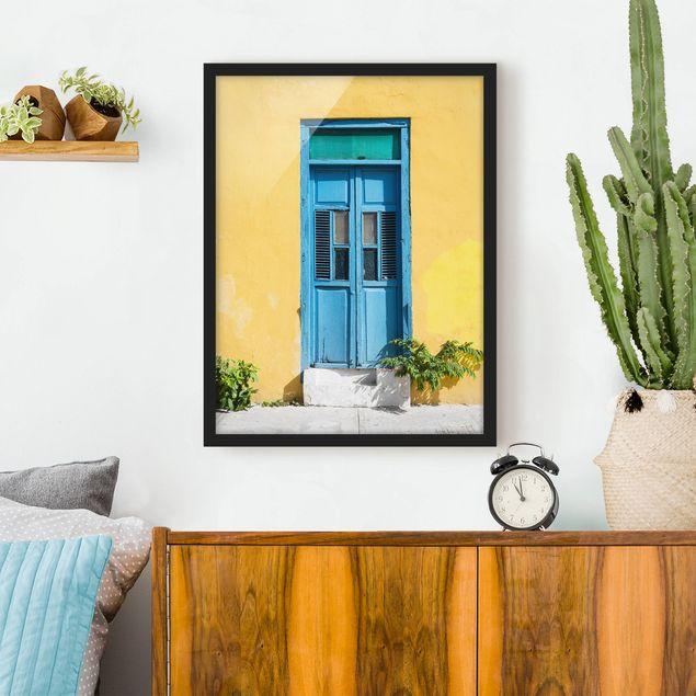 Bild mit Rahmen - Bunte Wand blaue Tür - Hochformat 3:4