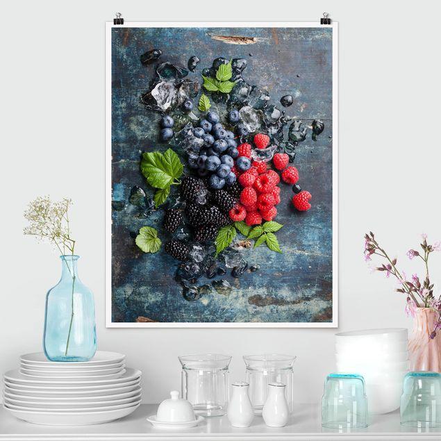 Poster - Beerenmischung mit Eiswürfeln Holz - Hochformat 3:4