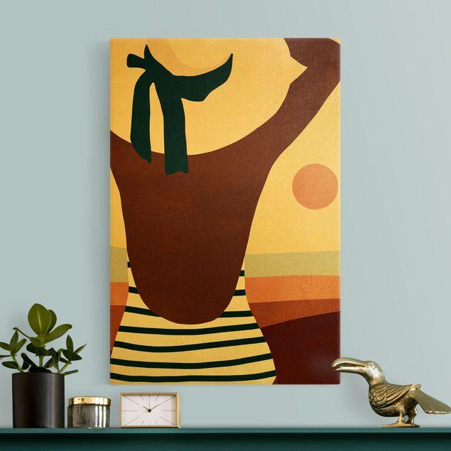 Leinwandbild Gold - Frau im Sonnenschein II - Hochformat 2:3