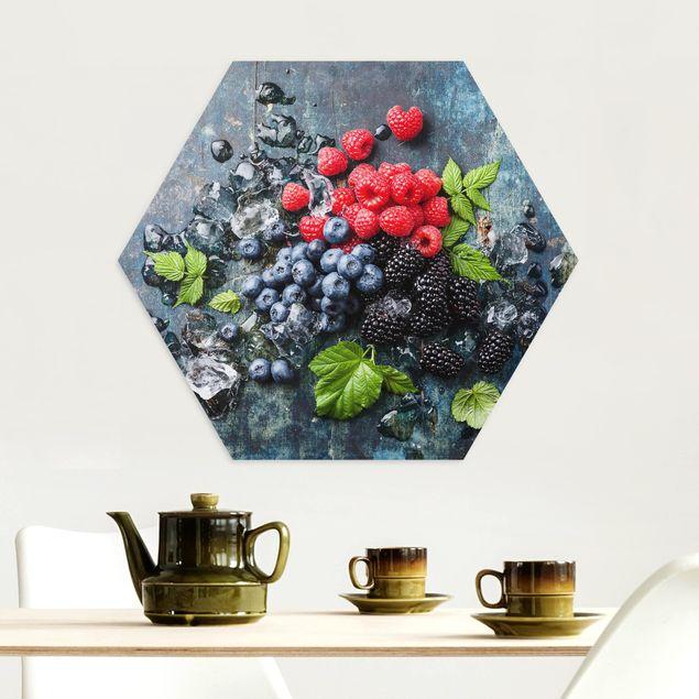 Hexagon Bild Alu-Dibond - Beerenmischung mit Eiswürfeln Holz