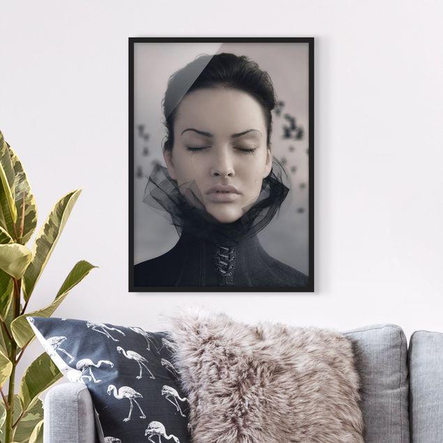 Bild mit Rahmen - Porträt einer weinenden Frau - Hochformat 3:4