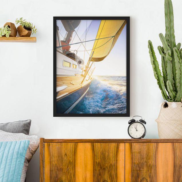 Bild mit Rahmen - Segelboot auf blauem Meer bei Sonnenschein - Hochformat 3:4