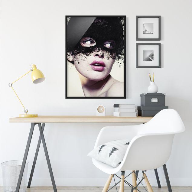 Bild mit Rahmen - Das Mädchen mit der schwarzen Maske - Hochformat 3:4