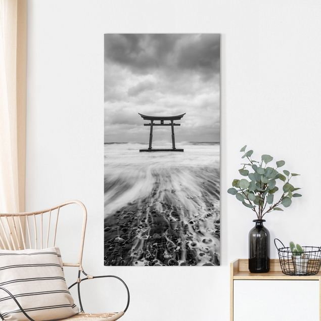 Leinwandbild - Japanisches Torii im Meer - Hochformat 1:2