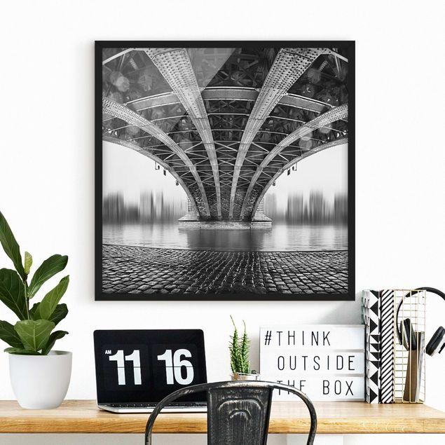 Bild mit Rahmen - Under The Iron Bridge - Quadrat 1:1