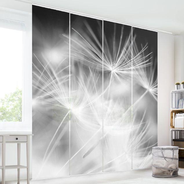 Schiebegardinen Set - Bewegte Pusteblumen Nahaufnahme auf schwarzem Hintergrund - Flächenvorhänge