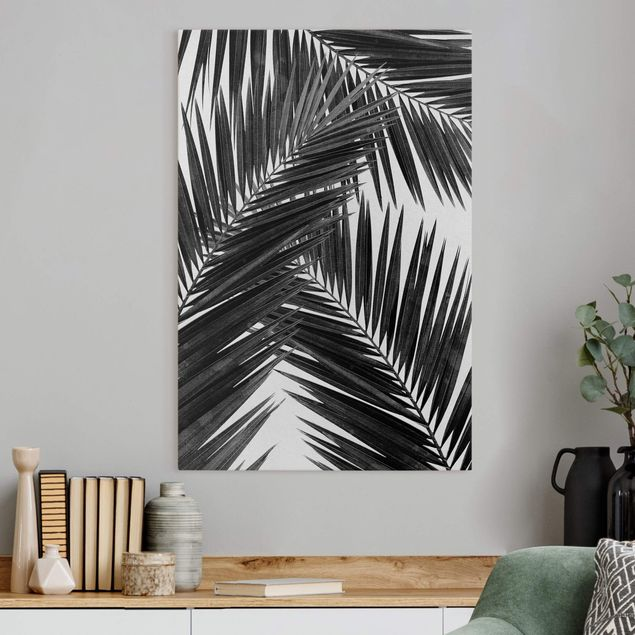 Leinwandbild - Blick durch Palmenblätter schwarz weiß - Hochformat 2:3