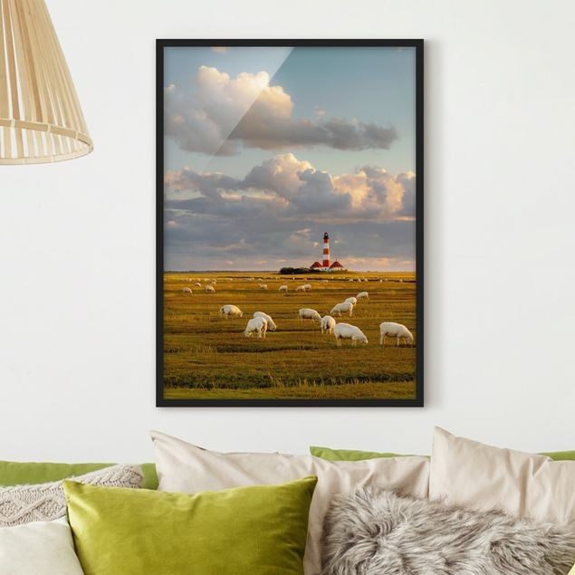 Bild mit Rahmen - Nordsee Leuchtturm mit Schafsherde - Hochformat 3:4